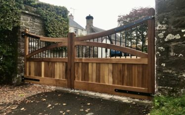 AES (SCOTLAND) LTD recently installed manual Iroko driveway gates with metal inserts. ‍‍‍‍