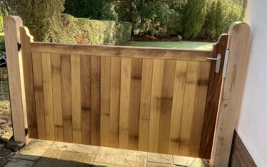 AES (SCOTLAND) LTD manual Iroko side gate, hung from Oak posts Edinburgh