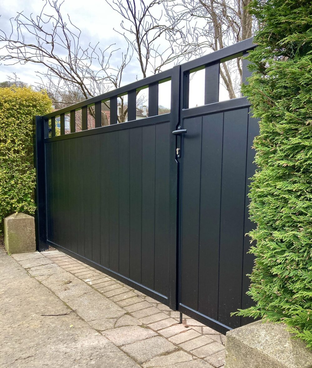 AES (SCOTLAND) LTD recently installed manual aluminium driveway gates Edinburgh.